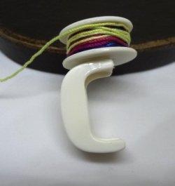 ストッパーの突起にボビンをセットして糸を巻けます。